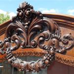 Příborník Gerstl_detail_drevořezby nad zrcadlem