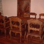 Sestava vyřezávaných židlí a stolu s intarziemi